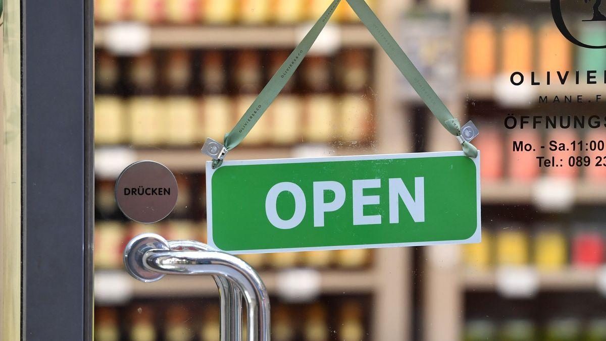 """Schild am Eingang eines Ladens: """"OPEN"""""""