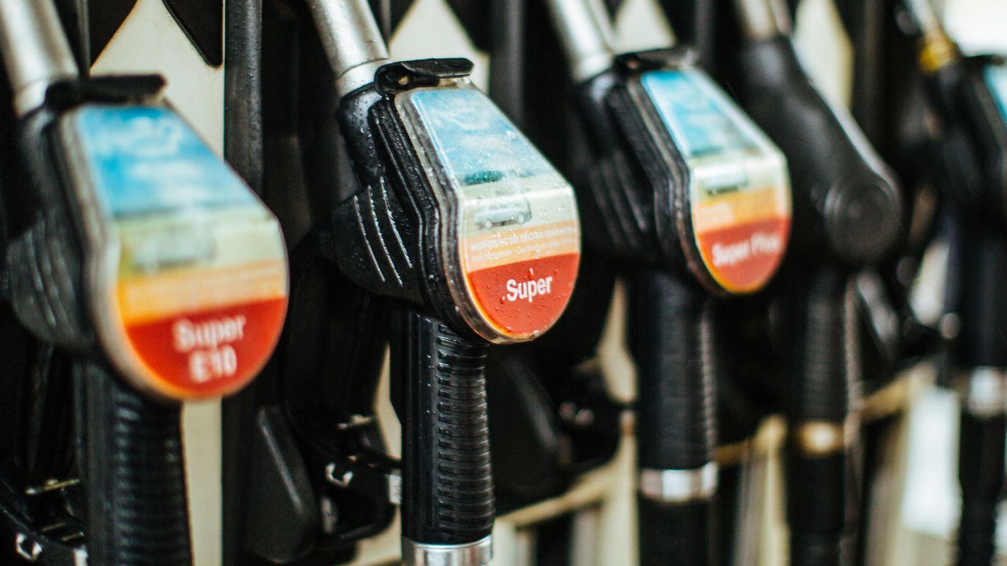 Zapfhähne hängen an einer Tankstelle.