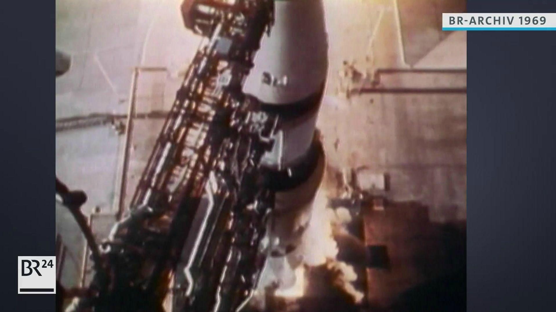 Die Saturn V-Rakete kurz vor dem Abheben am Startturm
