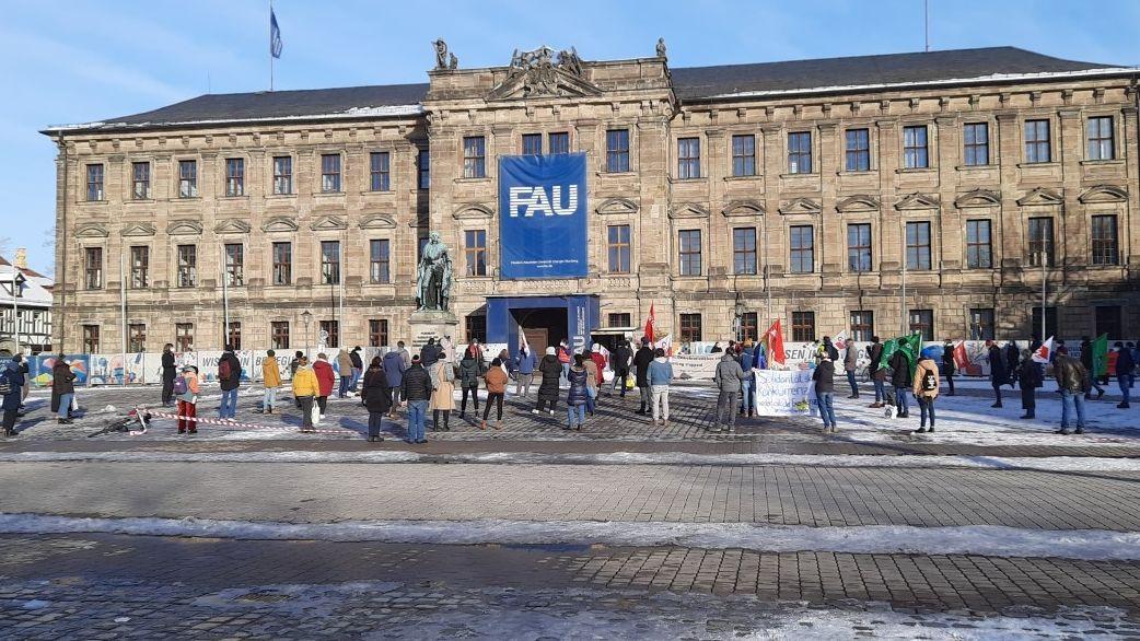 Studierende demonstrieren auf dem Schloßplatz in Erlangen