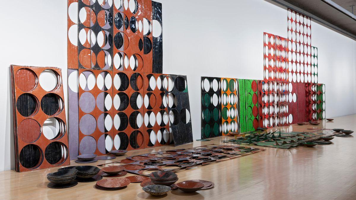 Ausgestanzte Metallplatten lehnen an der Wand, die dazugehörigen Schalen stehen am Boden