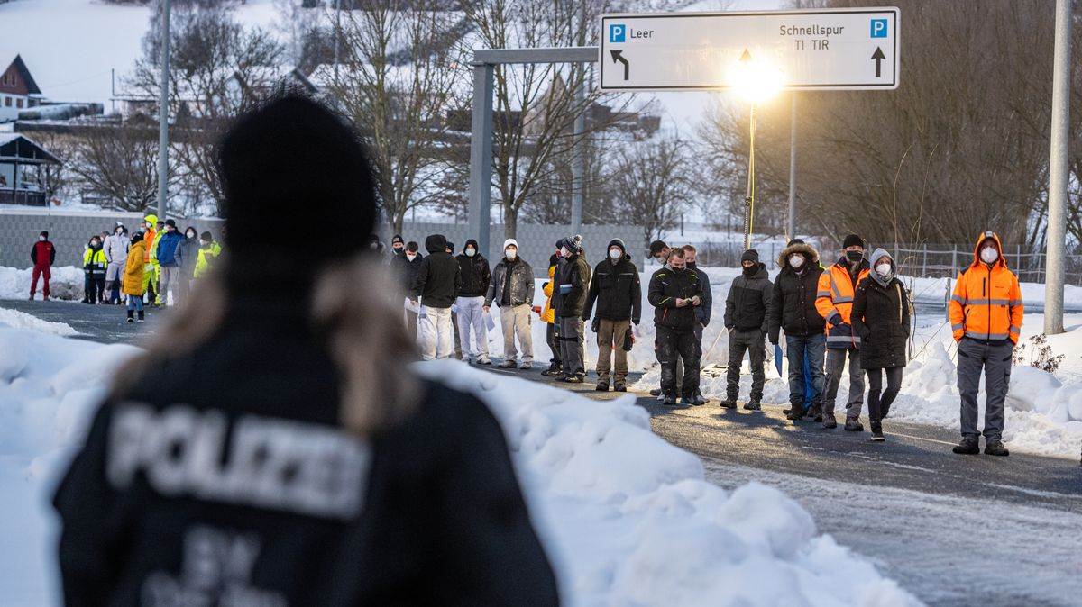 Zahlreiche Menschen warten vor einer Corona-Teststation an der deutsch-tschechischen Grenze.
