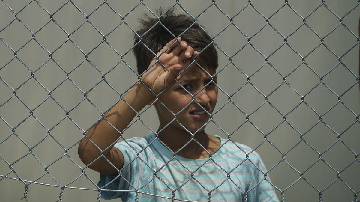 Kind hinter dem Zaun eines griechischen Flüchtlingslagers