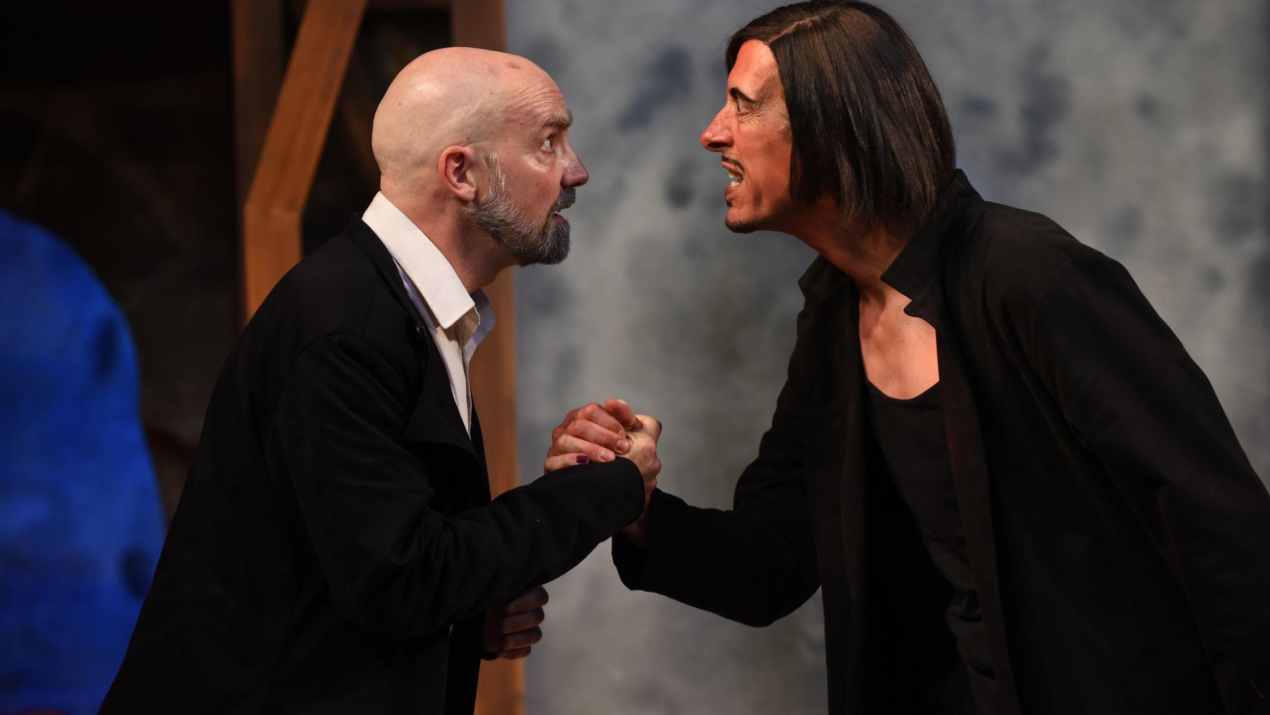 Faust und Mephisto reichen sich die Hand zum Bund