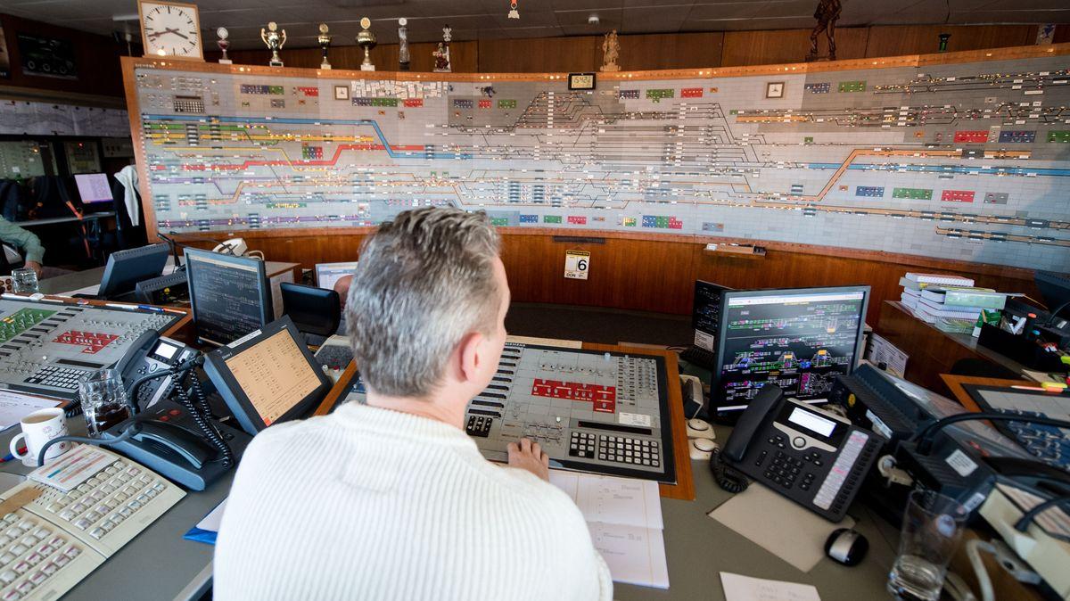 Ein Fahrdienstleiter sitzt an seinem Arbeitsplatz im Stellwerk München-Ost am Ostbahnhof.