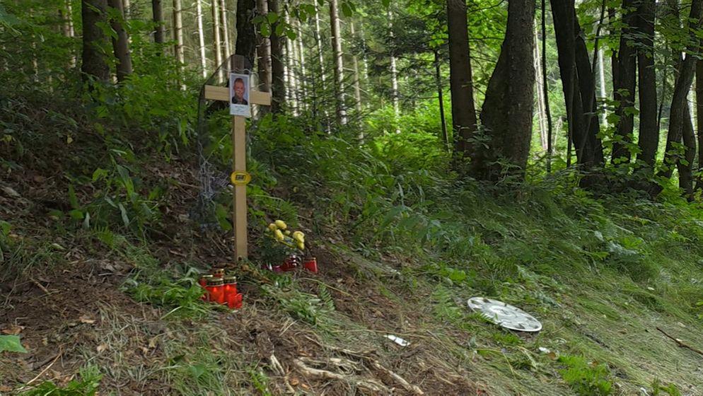 Kreuz am Straßenrand erinnert an den tödlich verunglückten Familienvater. | Bild:BR24