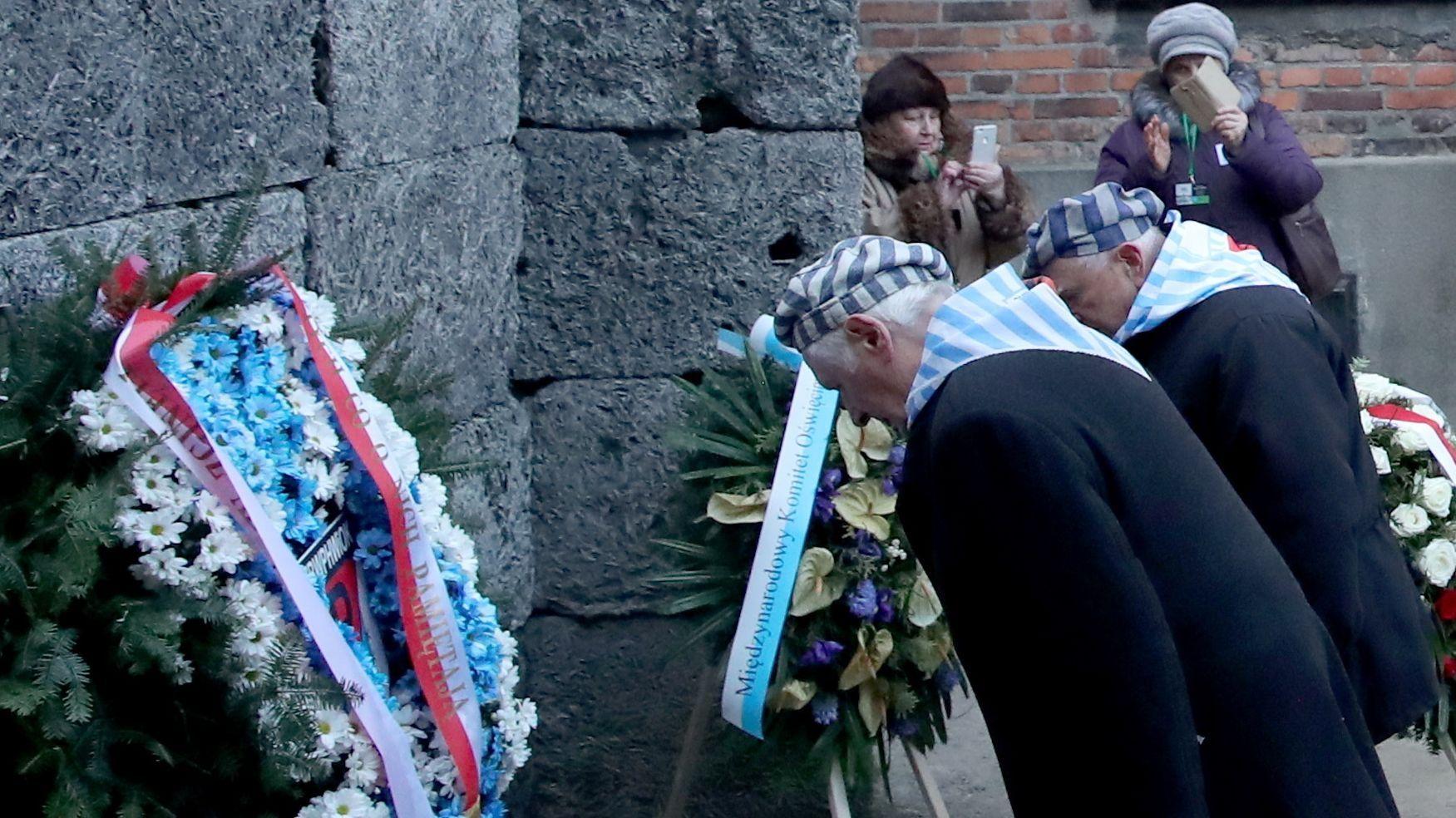 """KZ-Überlebende gedenken bei einer Kranzniederlegung am Vormittag an der sogenannten """"Todesmauer"""" in Auschwitz der Toten des Holocaust."""
