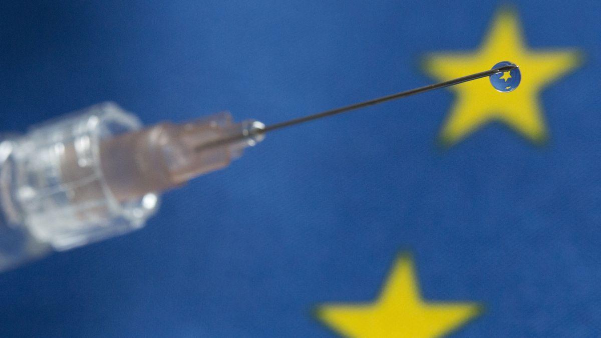Spritze vor dem Hintergrund einer EU-Flagge