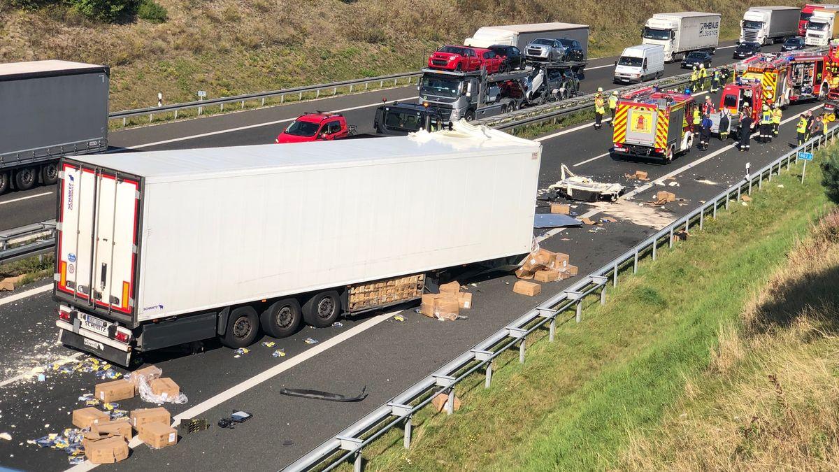 Unfallstelle nach Kollision zweier LKW auf der A6