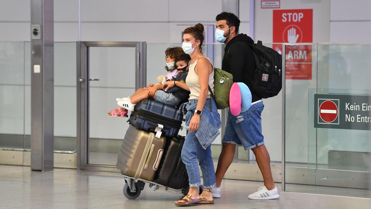 Ankommende Familie am Flughafen München am 25.07.2020.