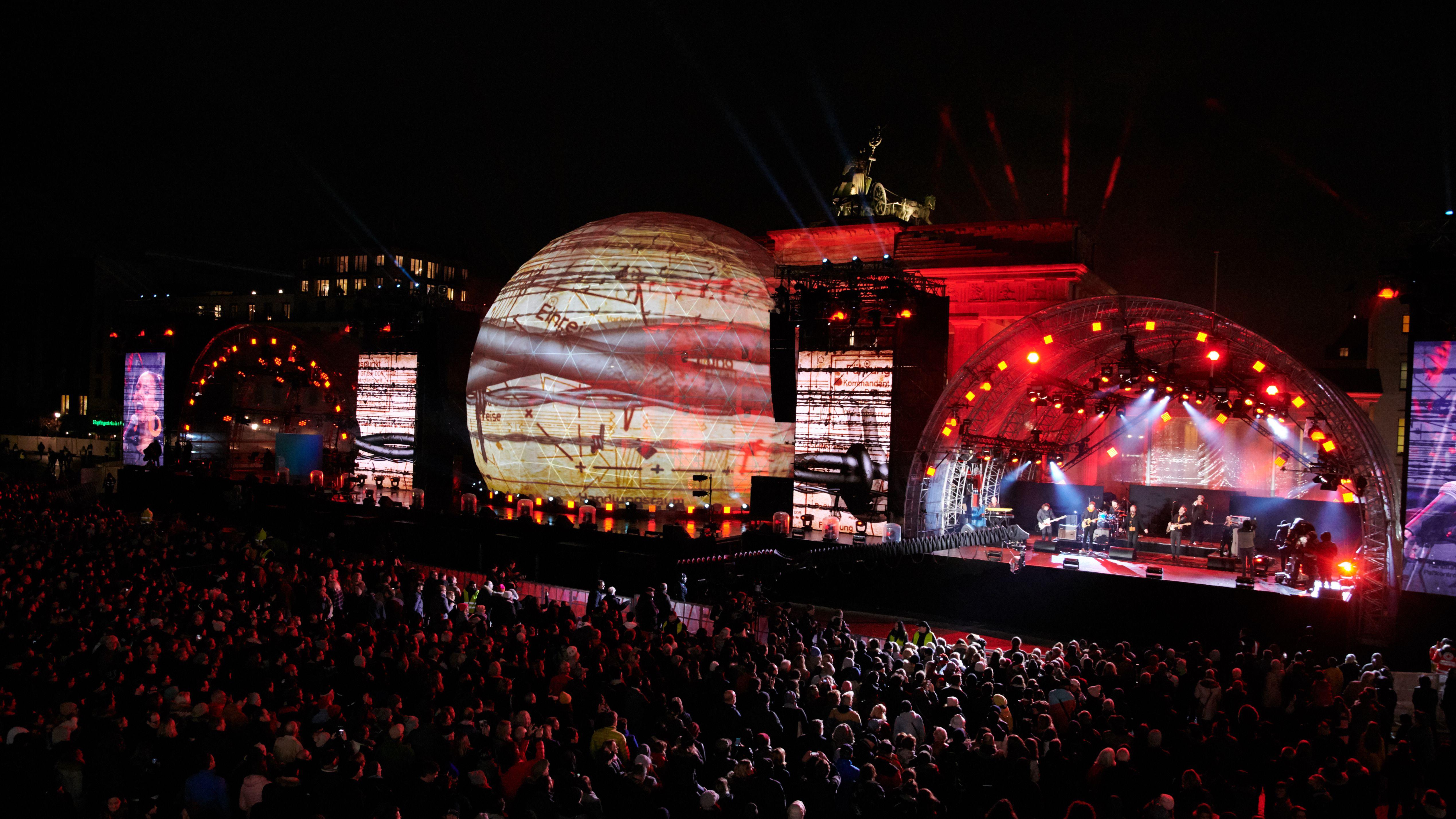In Berlin spielt die Musik auf der großen Bühne am Brandenburger Tor.
