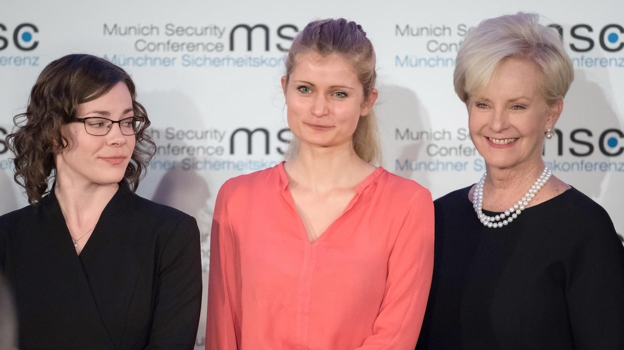 Die Politikwissenschaftlerinnen Abigail Post (l) und Ulrike Franke (M) bekommen von Cindy McCain, der Witwe des verstorbenen US-Senators, im Landtag den John-McCain-Dissertationspreis überreicht.