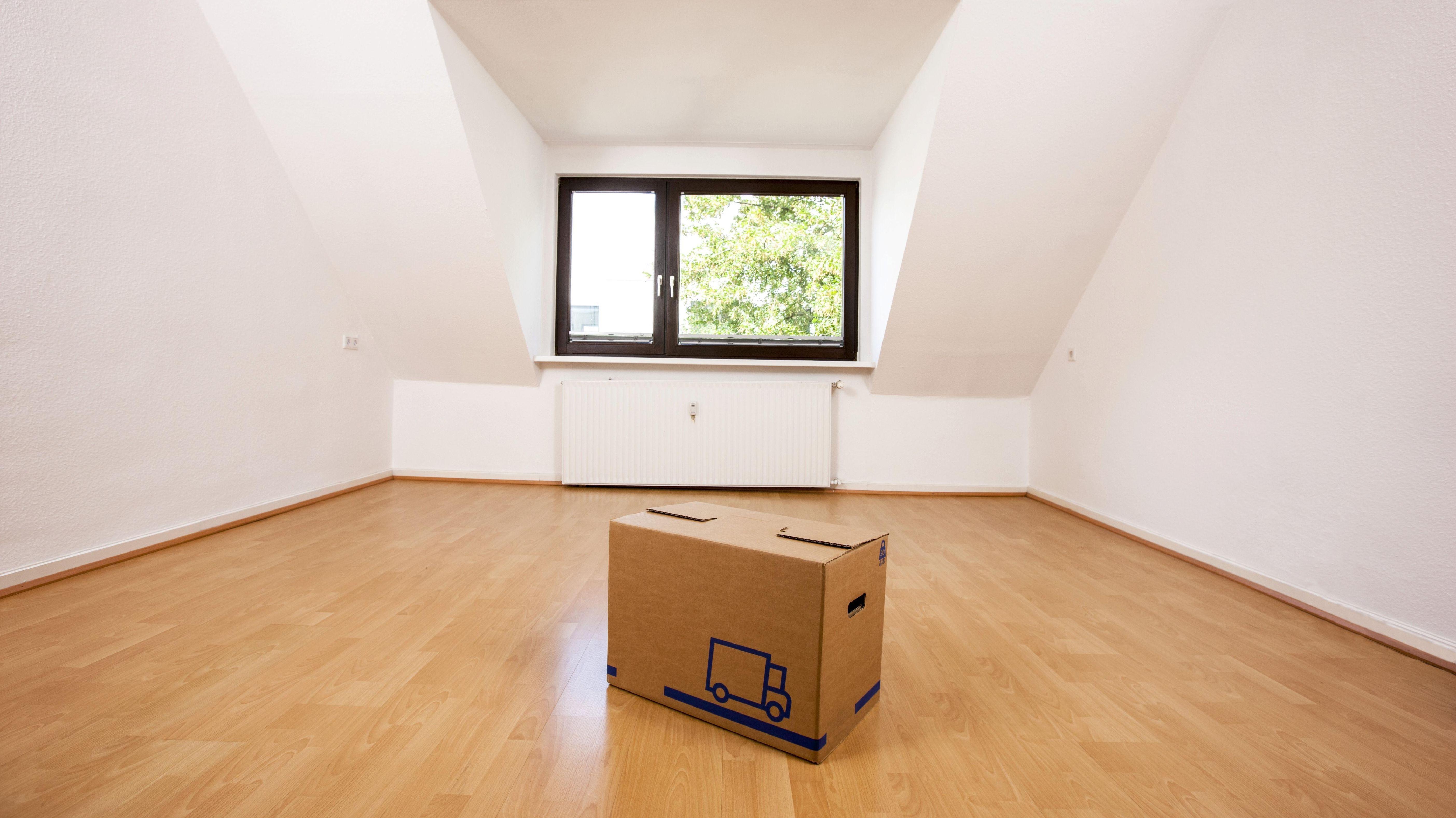 Eine leere Dachgeschosswohnung mit einem Umzugskarton