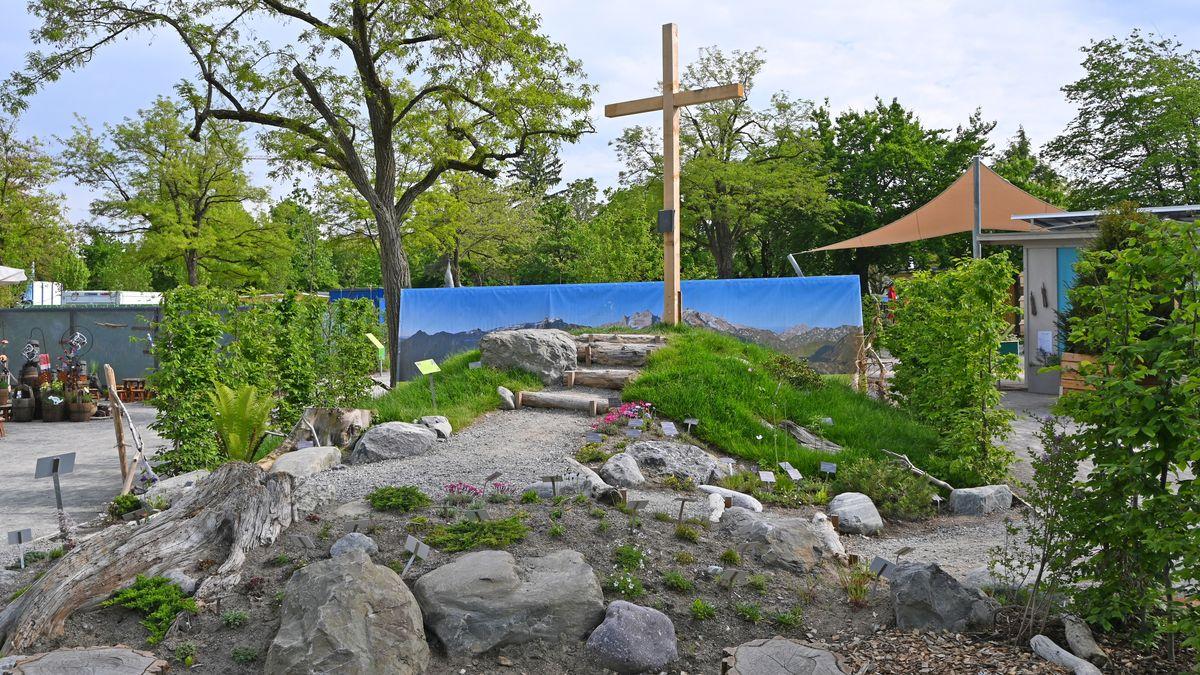 Ein Gipfelkreuz, nachgebaut auf der Gartenschau in Lindau