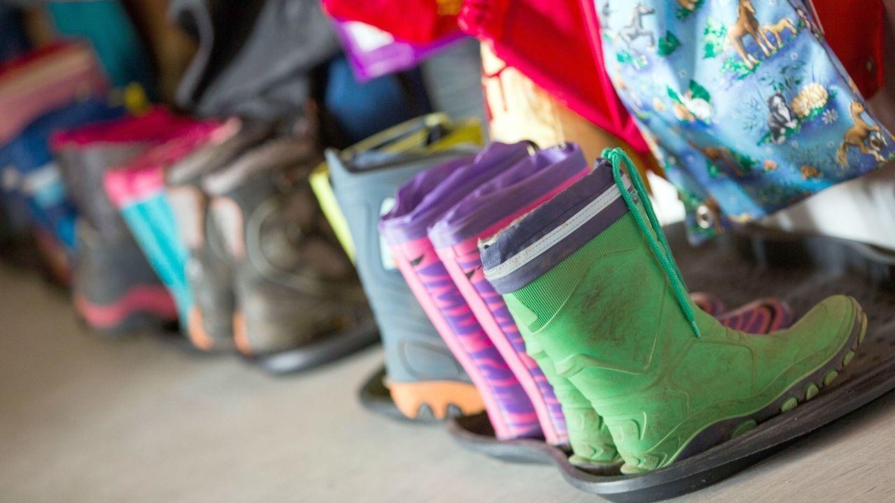 Gummistiefel für Kinder, aufgeommen in der Garderobe einer Kindertagesstätte