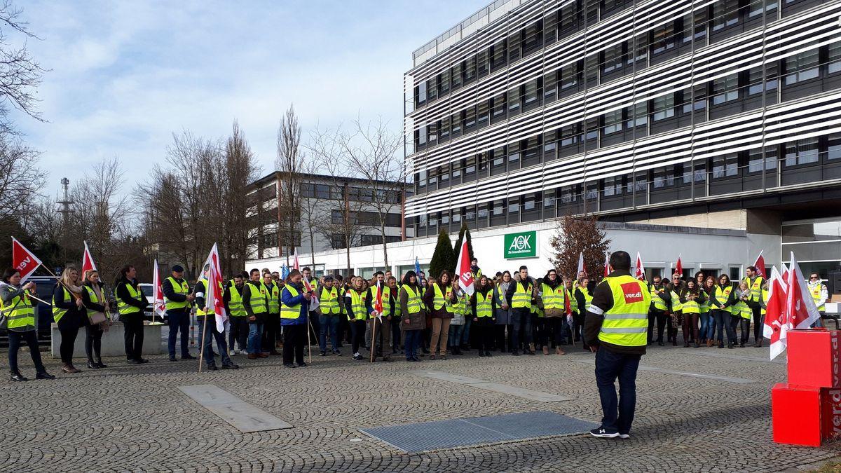 Verdi-Streik vor der AOK in Passau