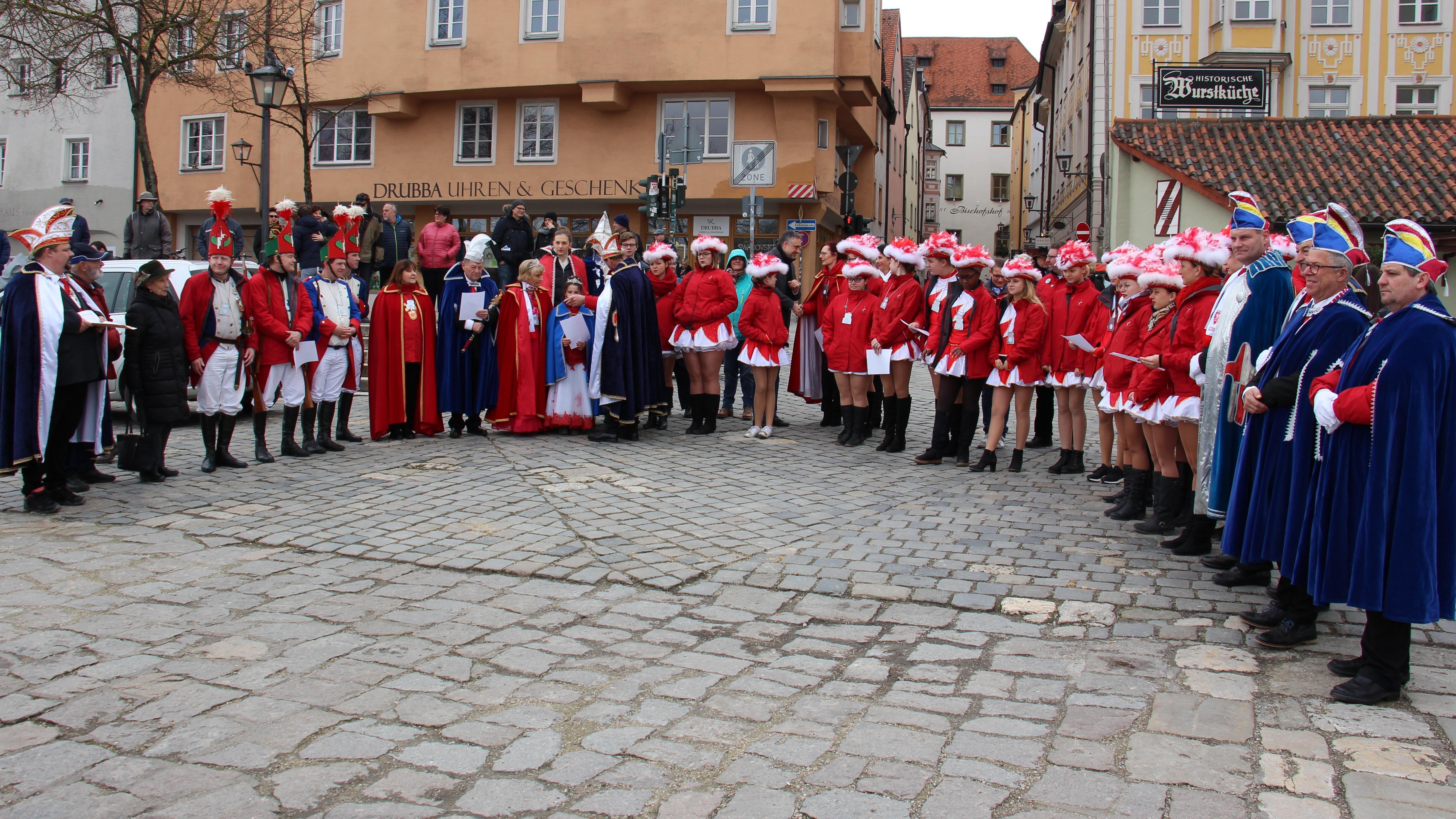 Gruppenfoto: Die Faschingsgesellschaft Narragonia vor der Historischen Wurstkuchel
