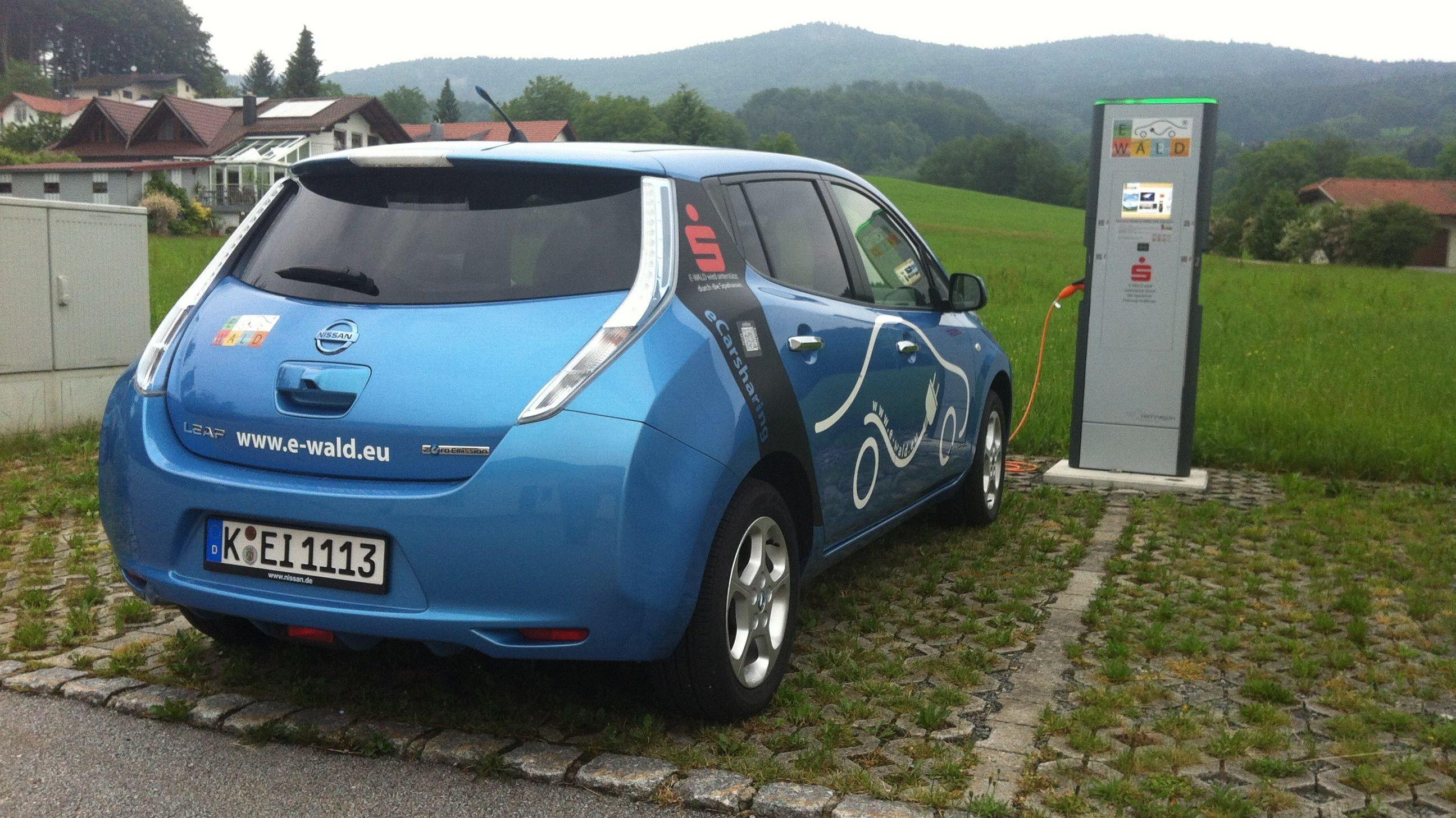 Ein Elektroauto lädt an der Ladesäule