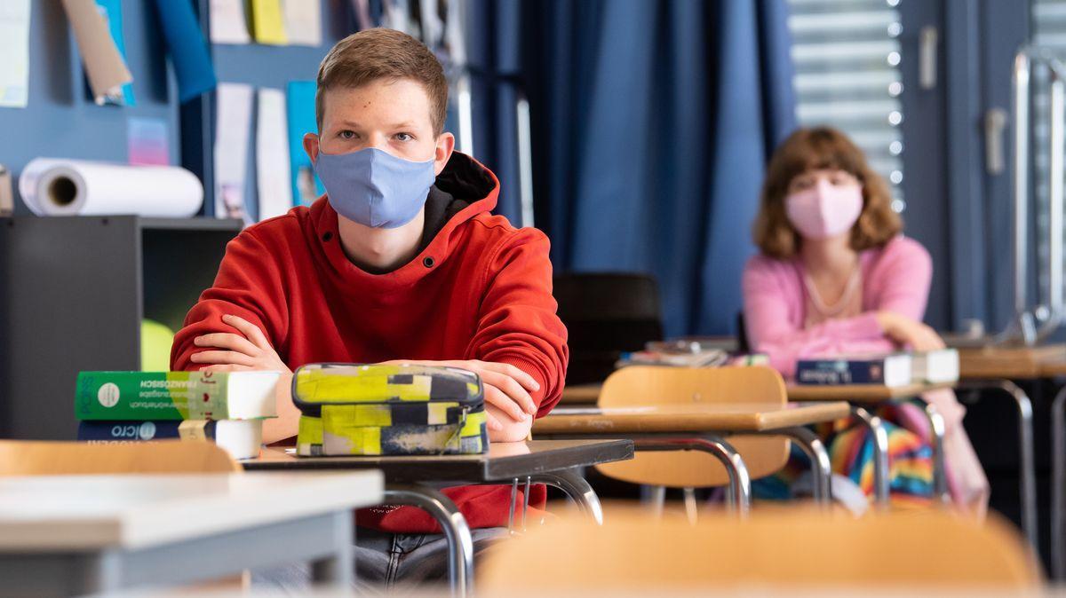 Schüler und Schülerinnen einer 12. Klasse des Lise-Meitner-Gymnasiums in Unterhaching nehmen am Unterricht teil und tragen Mundschutze. Nach einer Pause von sechs Wochen beginnt für einige Abschlussklassen in Bayern wieder die Schule mit Präsenzunterricht.