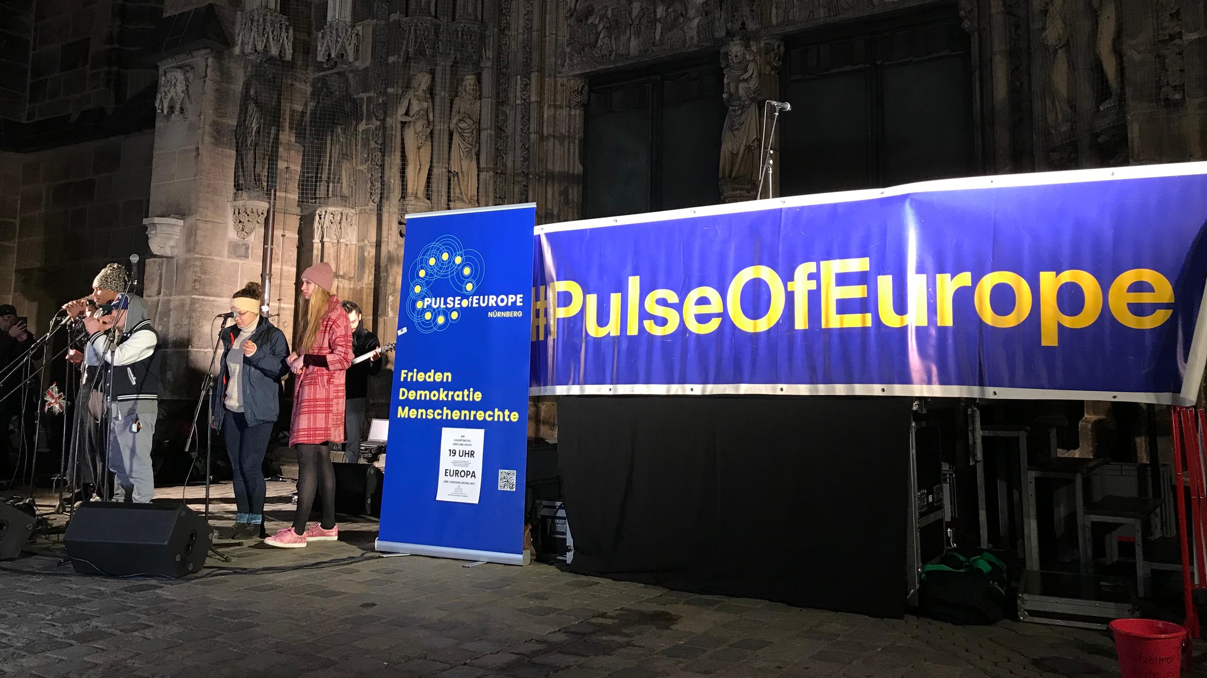 EU-Befürworter vor der Lorenzkirche
