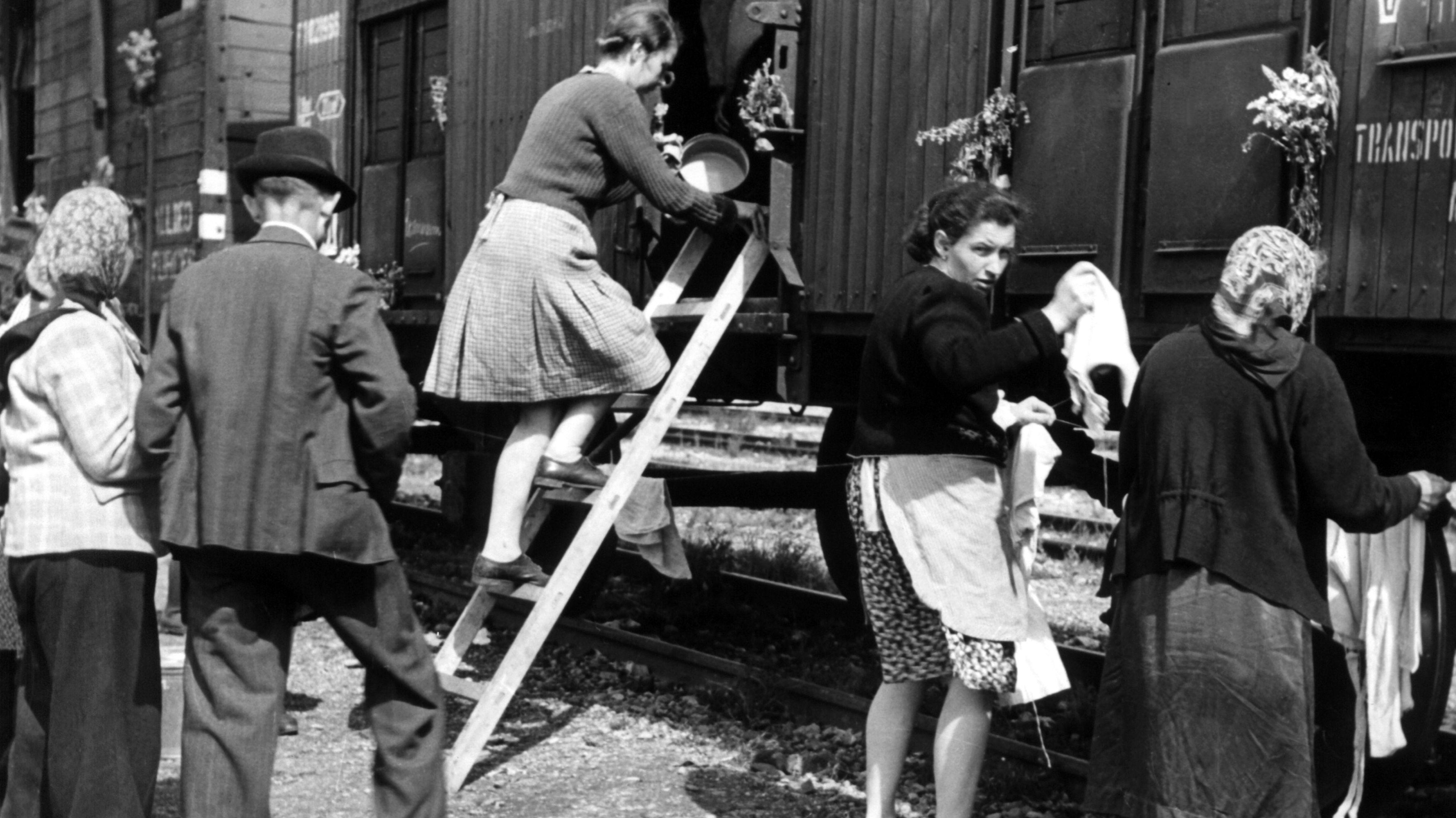 Vertriebene aus der Tschechoslowakei werden im Juni 1946 vor ihrer Weiterfahrt auf dem Münchner Bahnhof Allach vom Roten Kreuz betreut.