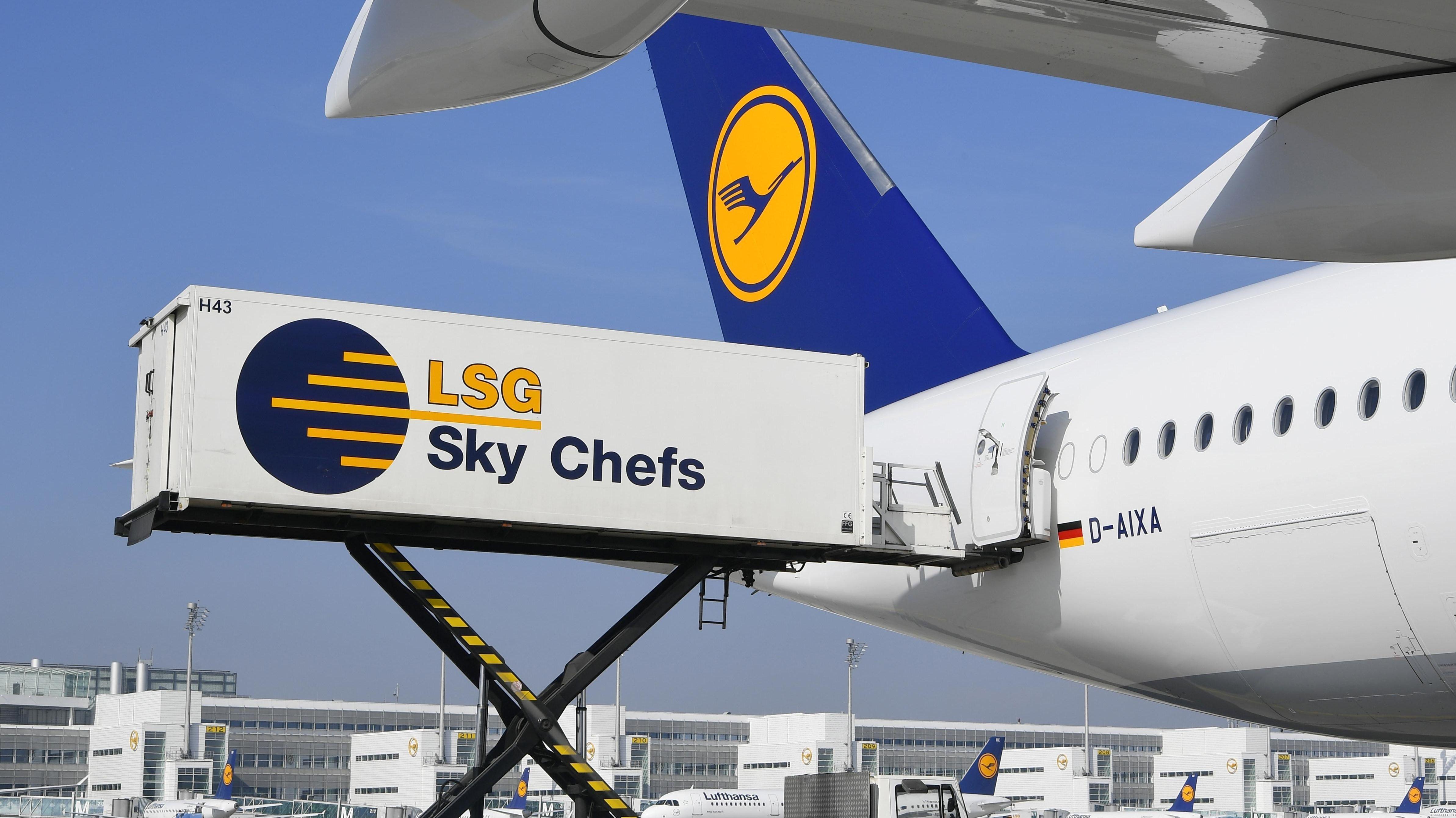 Ein Container von LSG ist an eine Lufthansa-Maschine am Flughafen angedockt.