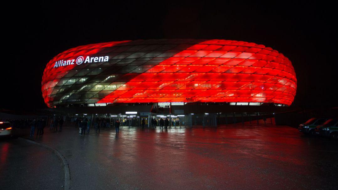 Die Allianz-Arena von außen im Dunkeln