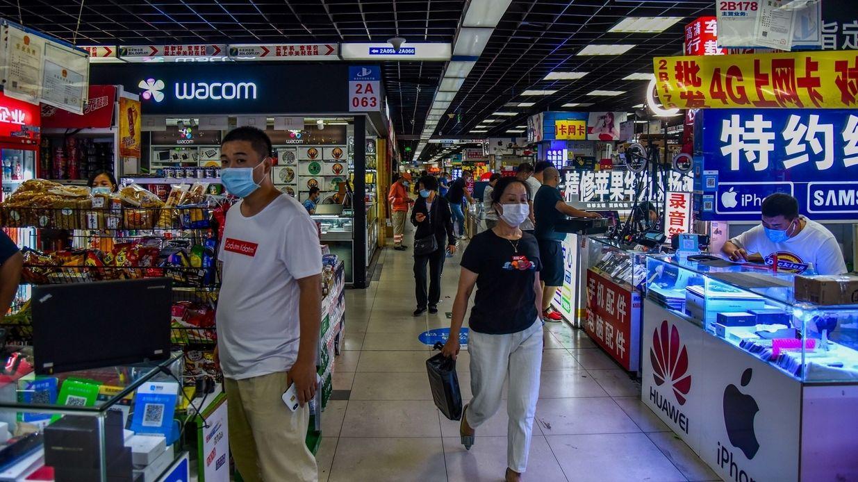 """Menschen schlendern durch die """"Elektronik-Straße"""" im Pekinger Innovationsviertel Zhongguancun und kaufen ein"""
