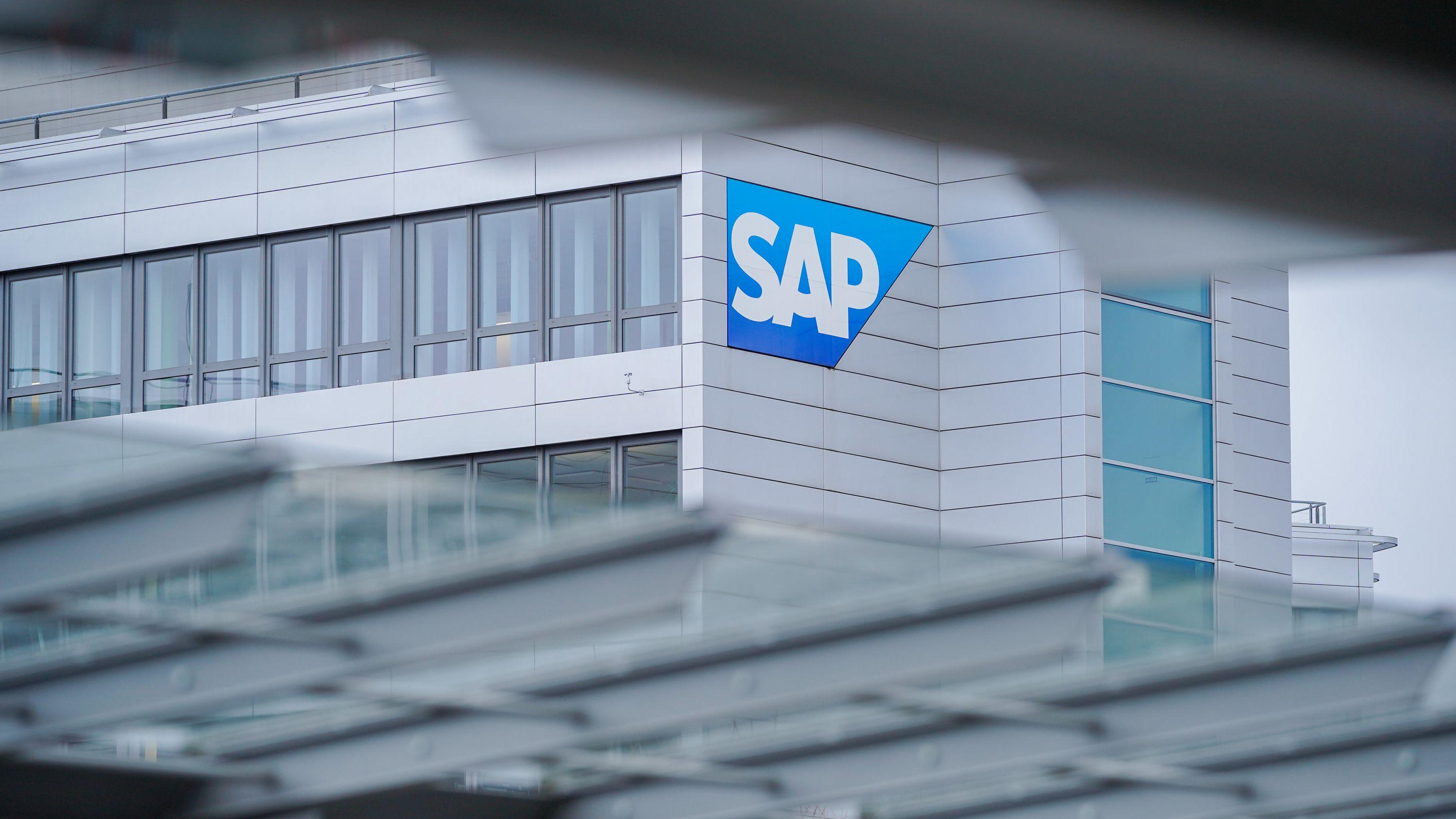 Ein Firmenlogo hängt an der Konzernzentrale des Softwarekonzerns SAP in Walldorf (Baden-Württemberg)