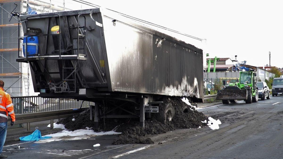 Sattelauflieger auf B8 ausgebrannt: Aufwändige Aufräumarbeiten