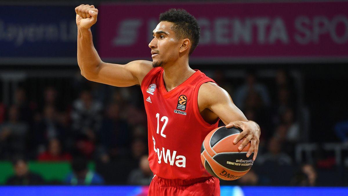 Der Bayern-Basketballer Maodo Lo freut sich.