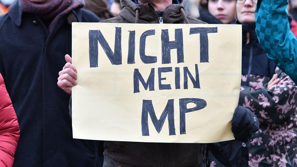 Demonstranten protestieren gegen die Wahl Kemmerichs