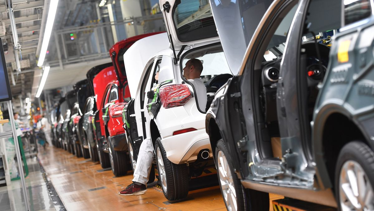 Autos auf dem Fließband des Audi-Werkes in Ingolstadt (Archivbild)