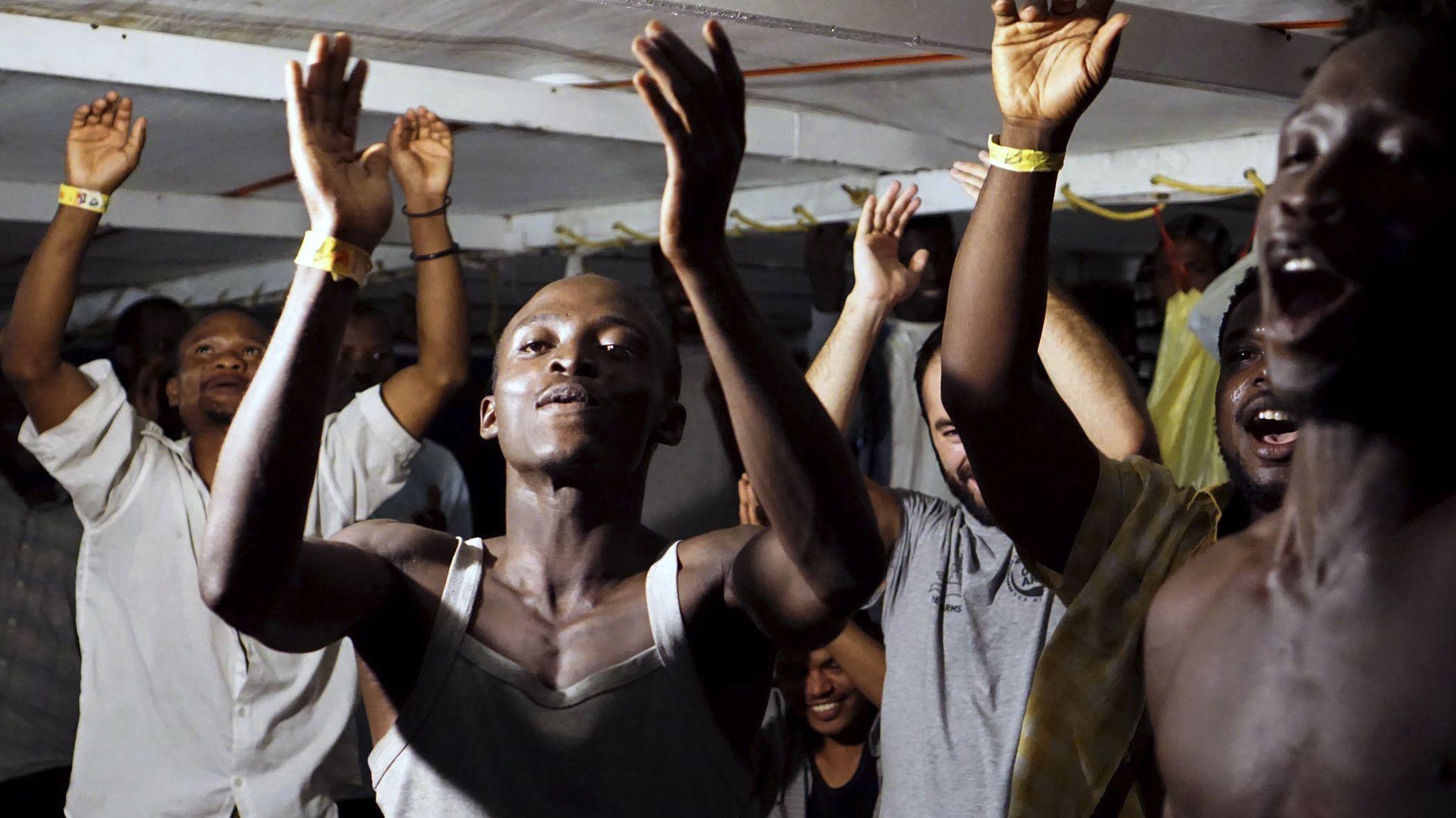 Migranten gehen in Italien von Bord des Rettungsschiffs Open Arms