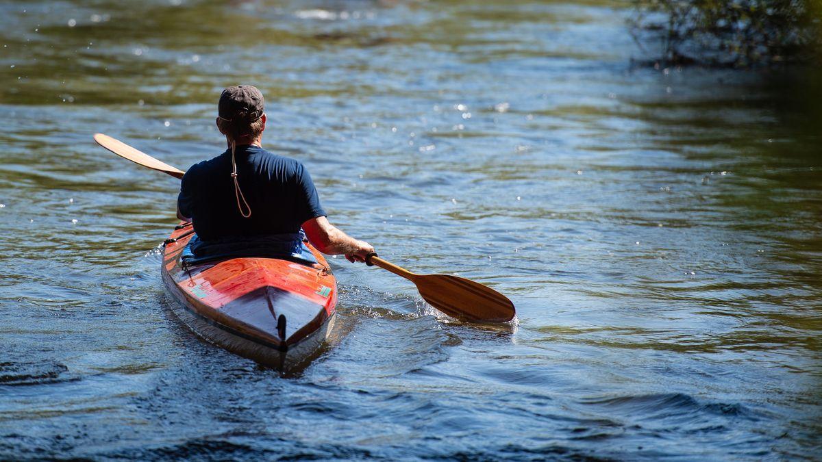 Ein Kanufahrer auf einem Fluss