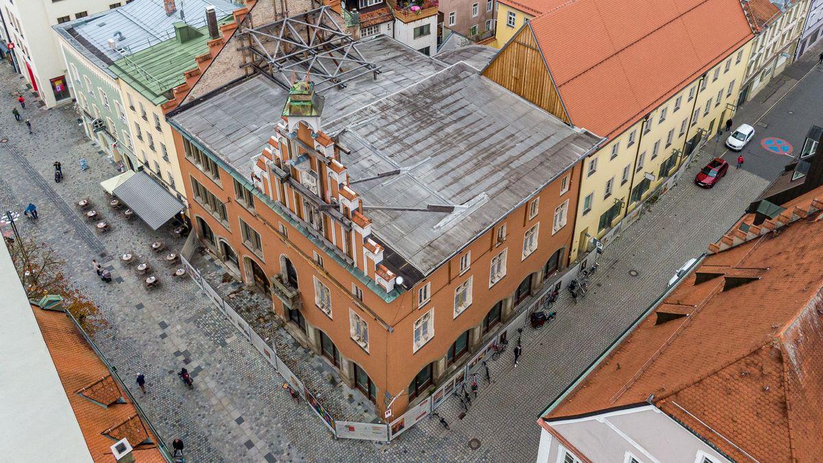 Ein aktuelles Foto aus der Vogelperspektive vom historischen Rathaus in der Straubinger Innenstadt