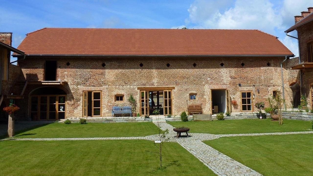 Bauernhof mit Blankziegelmauerwerk, Innenhof mit Rasen