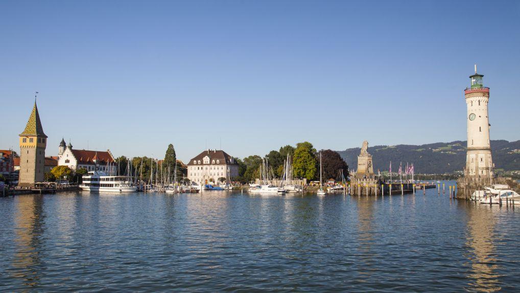 Bayerns einziger Leuchtturm steht am Lindauer Hafen.