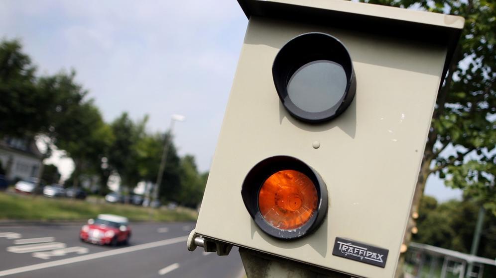 Messgerät zur Überwachung von Geschwindigkeit | Bild:dpa-Bildfunk/Martin Gerten