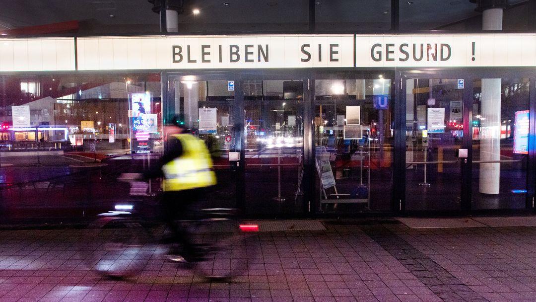 """Das Theater am Aegi in Hannover mit dem Schriftzug """"Bleiben Sie gesund!"""""""