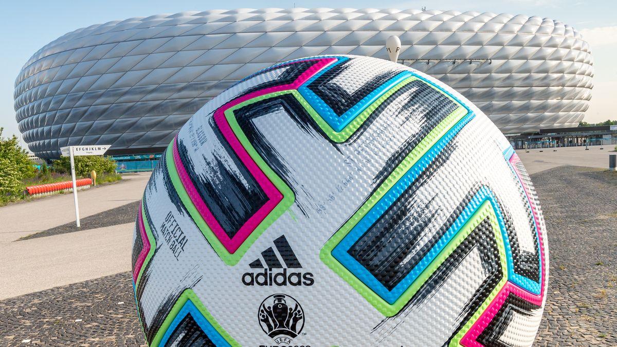 Ein überdimensionaler Fußball steht vor der Allianz Arena. Am 15.06.2021 findet in diesem Stadion die Begegnung der Gruppe F, Frankreich gegen Deutschland, statt. Insgesamt 24 Nationen treten bei der Fußball-Europameisterschaft 2021 an.