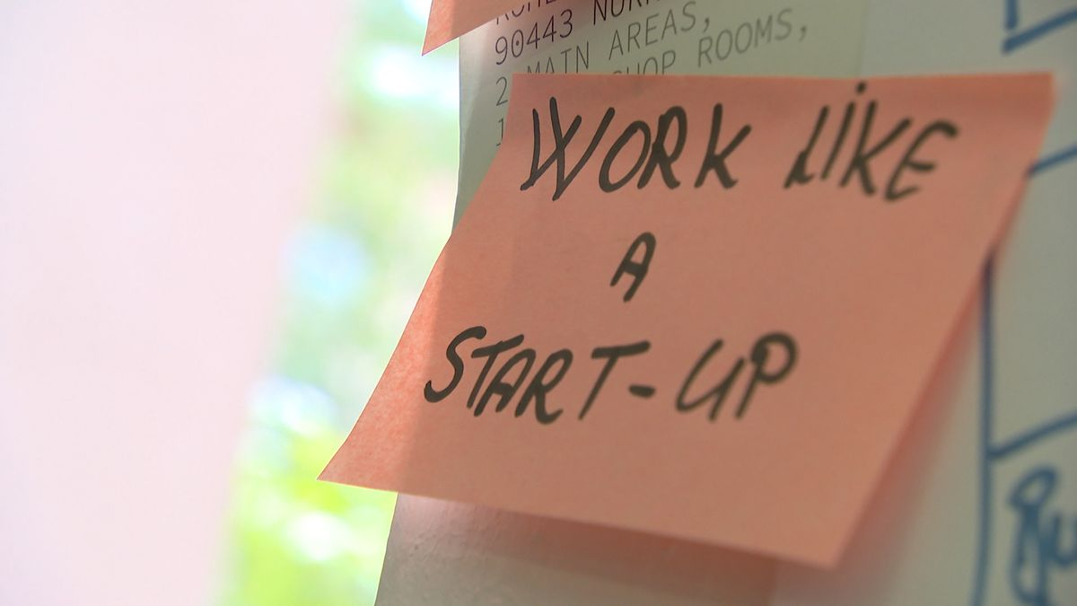 "Post-it auf dem ""work like a start-up"" steht"
