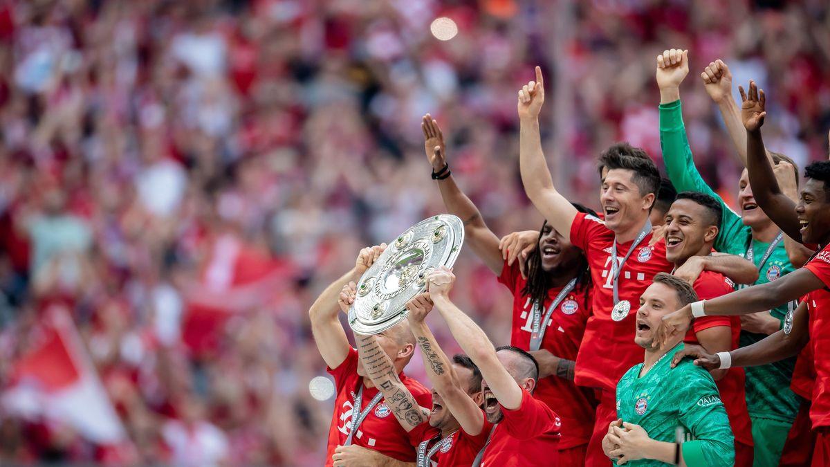 Bayernspieler mit der Meisterschale