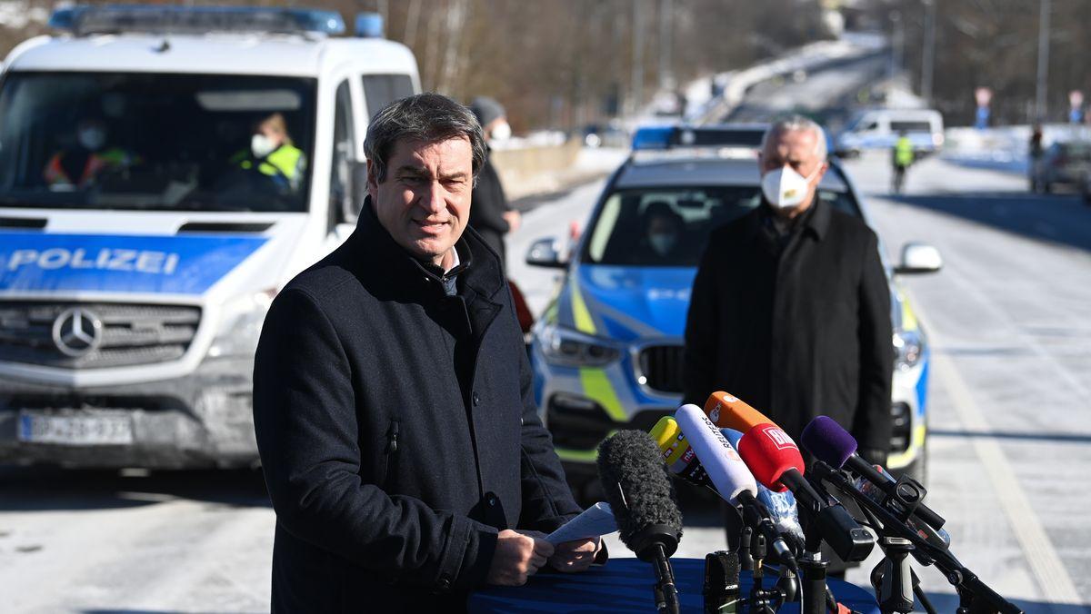 Am Grenzübergang Schirnding verteidigt der bayerische Ministerpräsident die gerade in Kraft getretenen Kontrollen. Deren Ziel: die Eindämmung von Coronavirus-Mutanten.