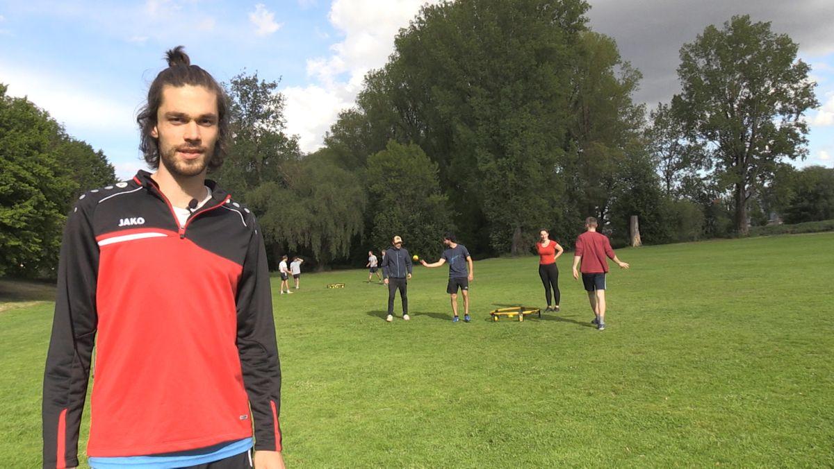 """Der """"Roundnet-Profi"""" Felix Bernhofer bringt den Neulingen seinen Lieblingssport bei."""