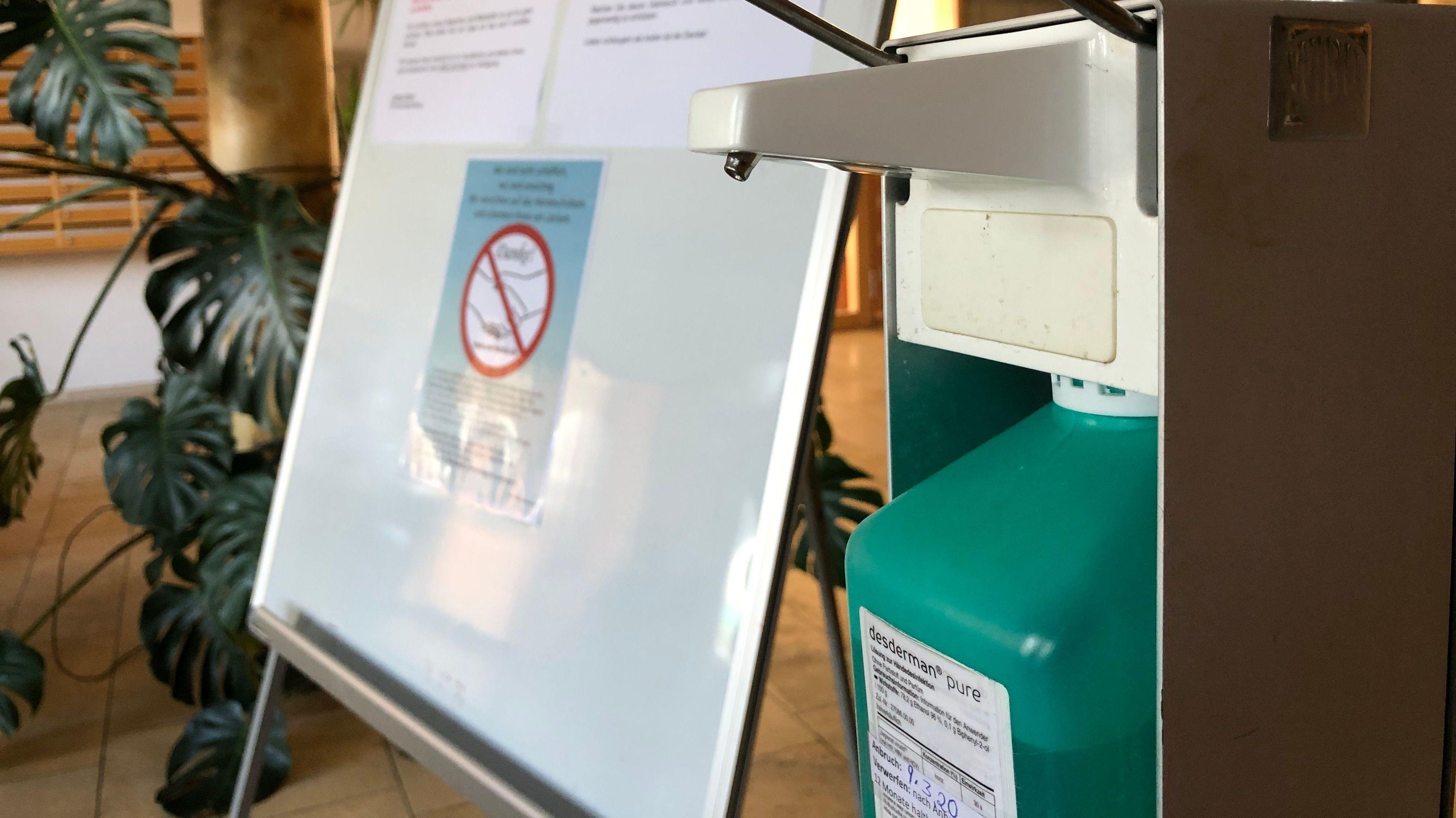 Ein Desinfektionsmittel-Spender in einem Altenheim in Deggendorf