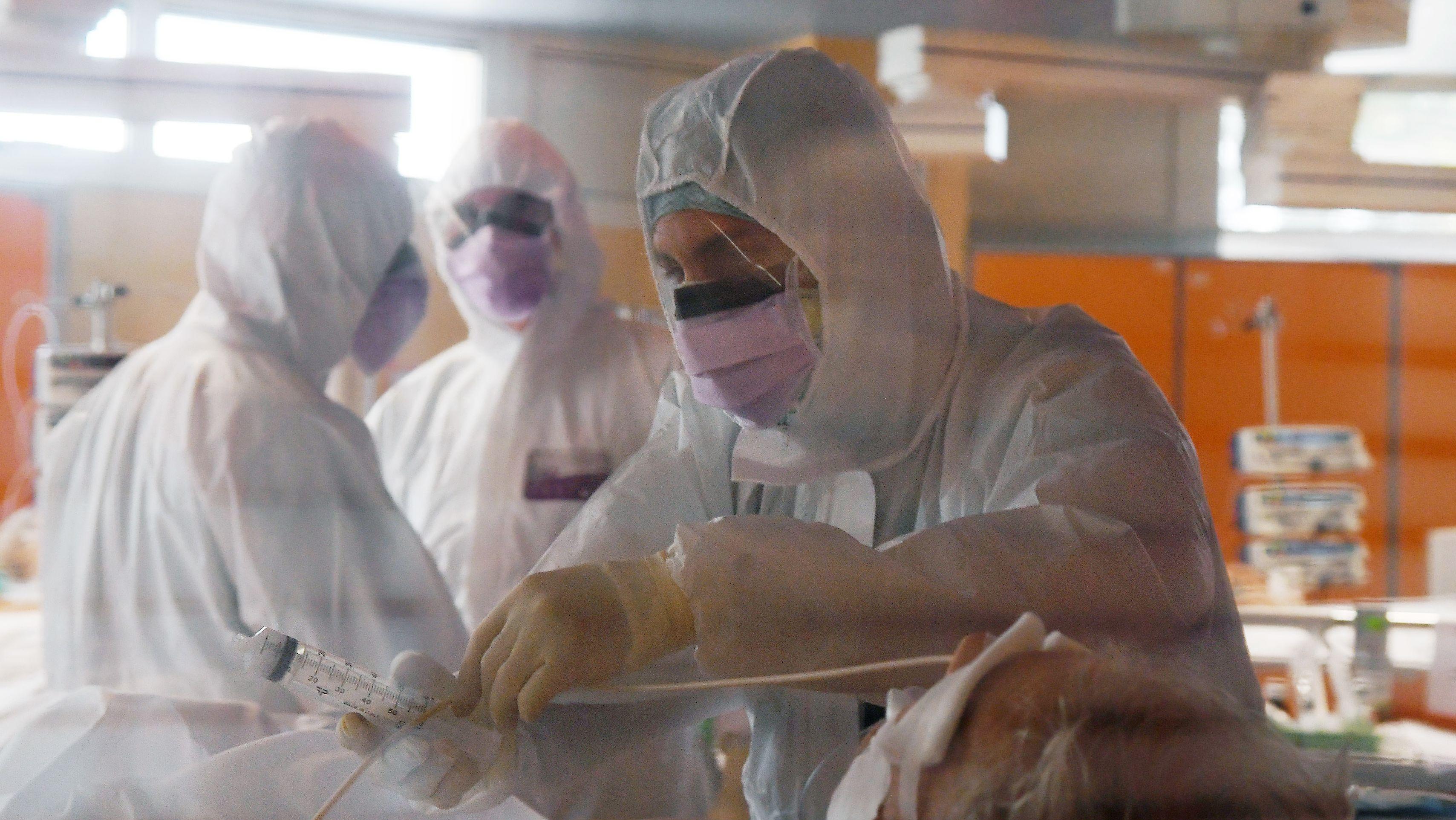 Auf der Intensivstation des Casal Palocco Krankenhaus in Rom betreuen Intensivpfleger Covid 19 Patienten.