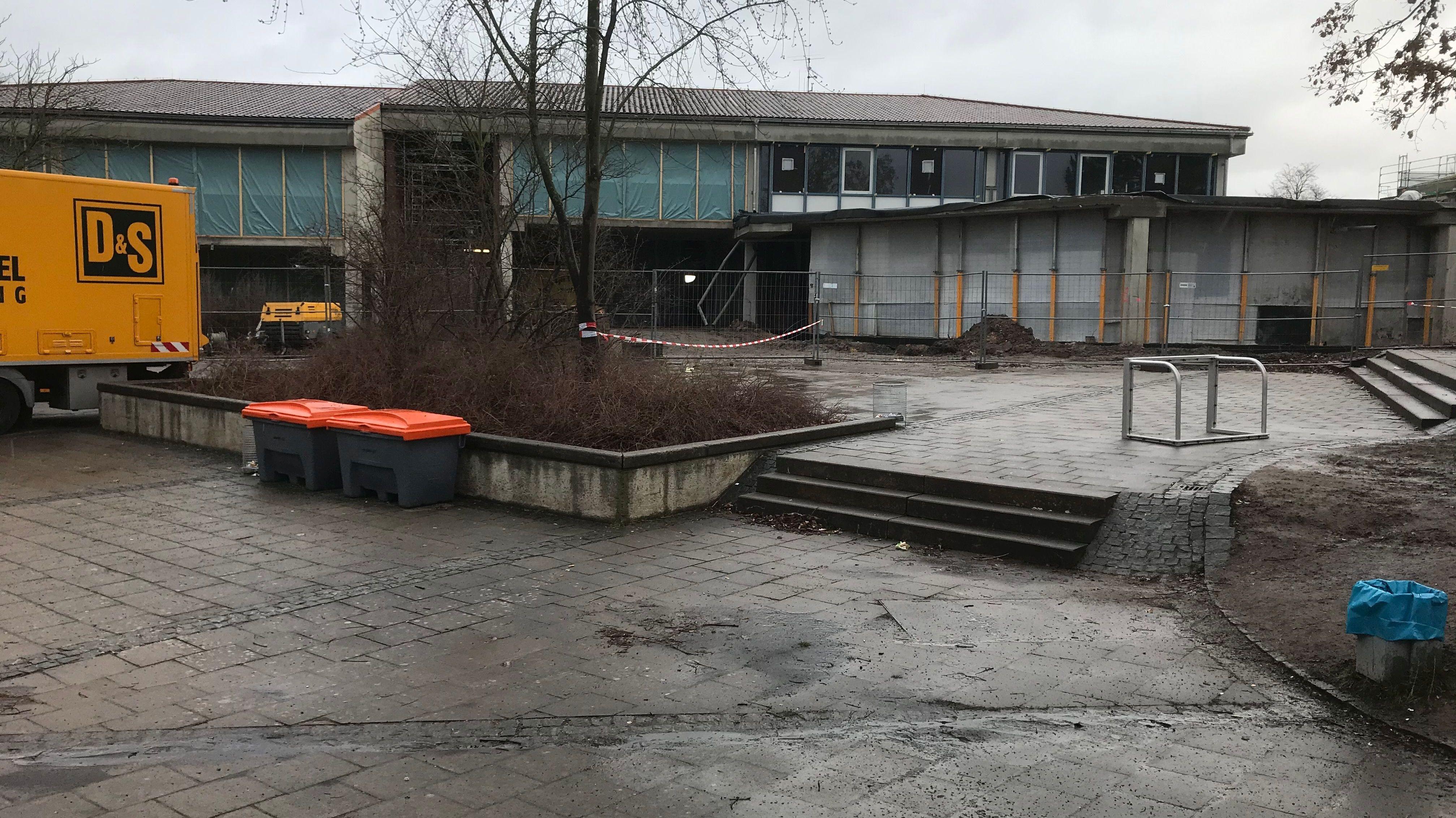 Ein rot-weißes Band versperrt den Eingang zur Albert-Schweitzer-Mittelschule in Bayreuth.