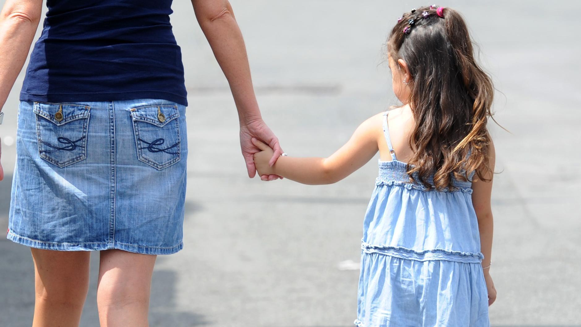 Frau mit Mädchen an der Hand