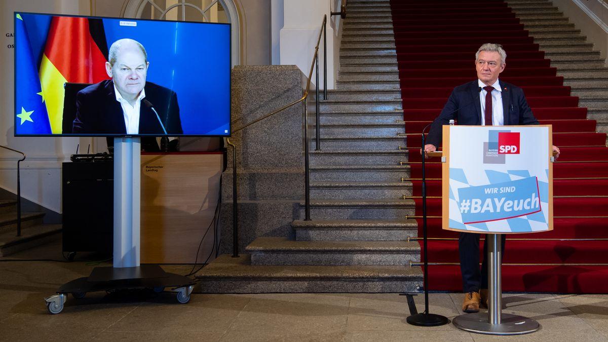 Bundesfinanzminister Olaf Scholz ist der Bayern-SPD im Landtag zugeschaltet. Rechts der Bayern-Fraktionschef der SPD, Horst Arnold.